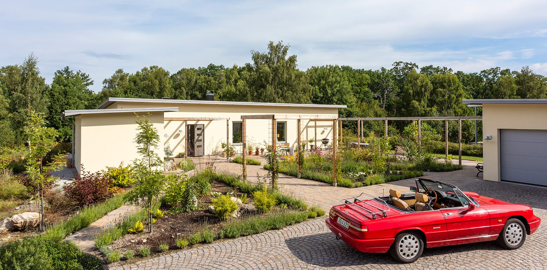 Ett gult enplanshus med platt tak