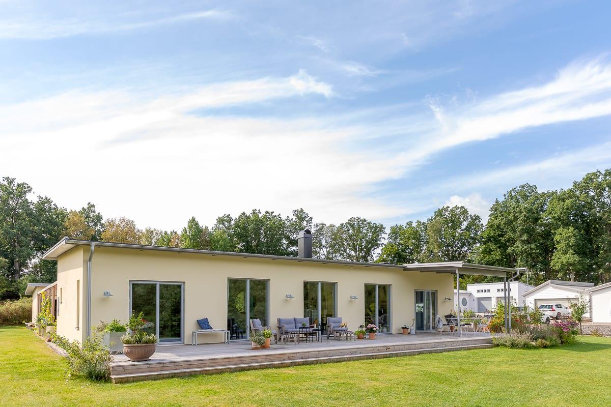 Ett enplanshus med med platt tak